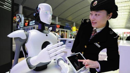 智能机器人亮相火车站 除了语音交流还能干点啥?