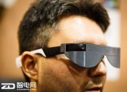 """这副智能眼镜可帮助盲人""""看到""""周围世界"""