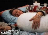 失眠无需安眠药 抱着Somnox睡眠机器人即可入眠