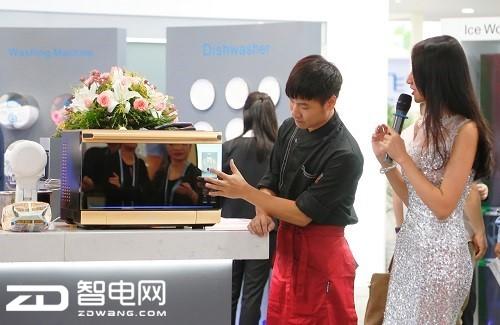1广交会上Q6微蒸烤一体机大受欢迎