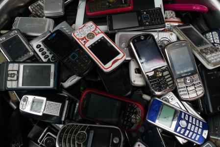 """二手手机市场需求剧增,引发中外""""倒爷""""大战"""