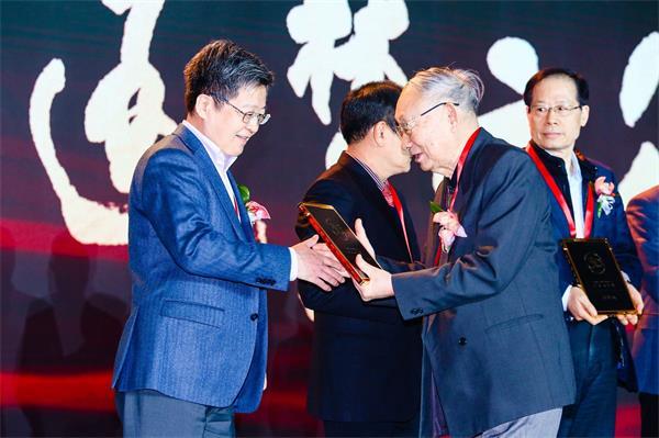 """A.O.史密斯总裁丁威当选中国家电40年""""功勋人物奖"""""""